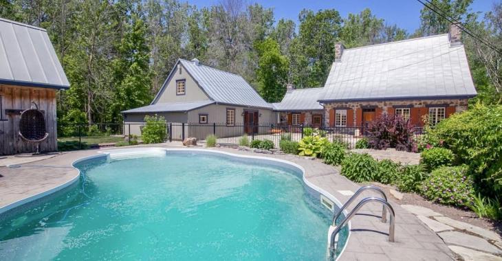 Des murs en pierre, des planchers de bois, des poutres exposées; voici ce que vous retrouverez à l'intérieur de cette superbe résidence ancestrale