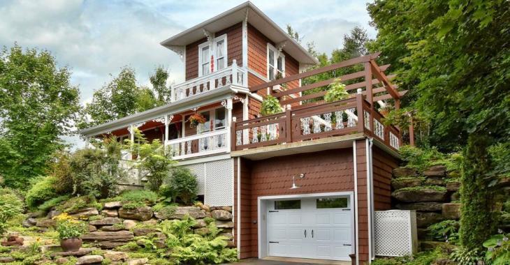 Située sur une rue sans issue, cette maison unique à l'abri des arbres possède plusieurs attraits qui vous charmeront