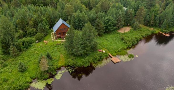 À vendre toute meublée! Splendide demeure tout en bois érigée le long d'un cours d'eau paisible