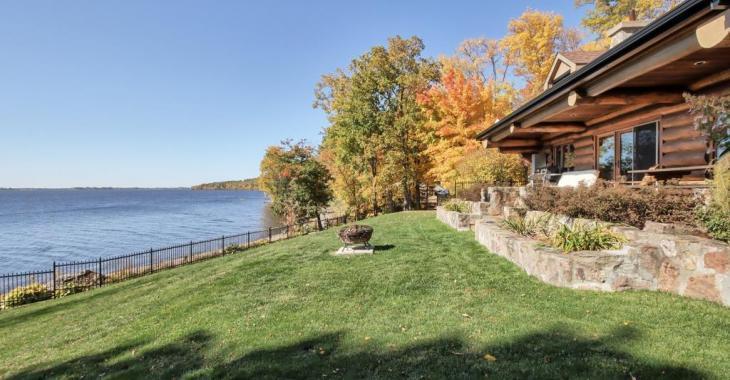 Sentez-vous en vacances à l'année longue dans cette demeure en bois rond dotée d'une vue incroyable et d'une plage de sable