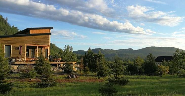Splendide demeure contemporaine conçue en harmonie avec la nature offrant une vue exceptionnelle sur les montagnes