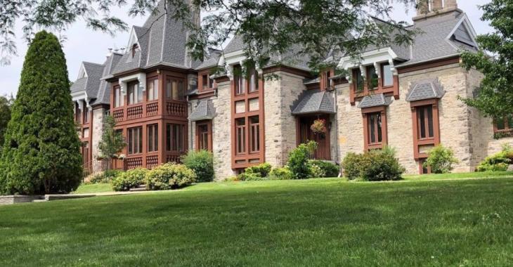Découvrez le superbe condominium qui loge dans le fameux Château Bickerdike; une résidence construite en 1880