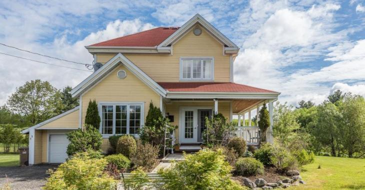 Un rez-de-chaussée spacieux vous attend dans cette charmante maison de campagne de 298 000 $