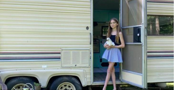 À 11 ans, elle transforme un VR délabré en petite maison, pour 800$ au total. L'intérieur est spectaculaire!