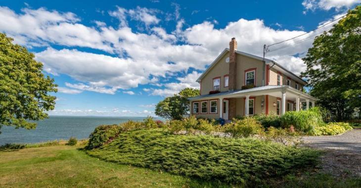 Vendue meublée, cette beauté de 1812 vous emballera avec ses 6 chambres et les splendeurs du fleuve qu'elle surplombe