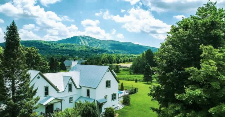 Élégante ancestrale de Bromont combinant charme ancien et art de vivre contemporain