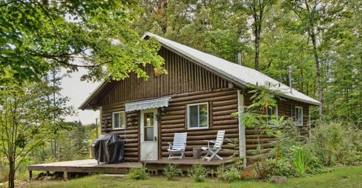 Havre de détente à moins de 115 000$! Maison en bois rond toute meublée avec une possibilité de 3 chambres