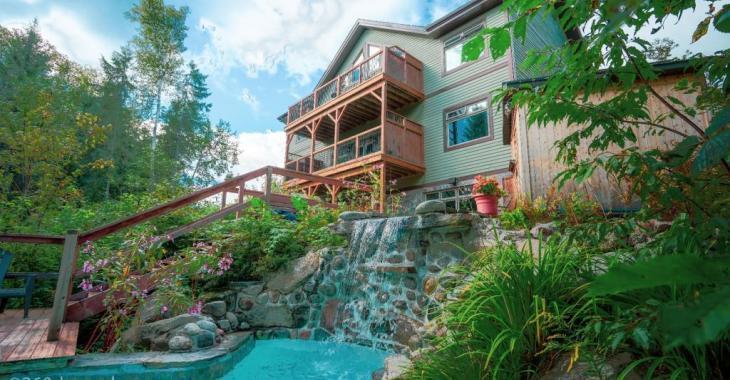 Oasis de détente au bord de l'eau à vendre : 8 chambres, spa, bains nordiques et de magnifiques terrasses avec vue panoramique