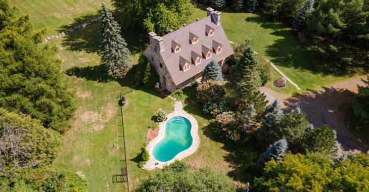 Élégante centenaire de 5 chambres et 4 salles de bain sise au coeur d'un domaine champêtre de 25 acres