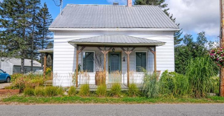 Offrez-vous ce mignon cottage, sa cour ensoleillée et un poulailler bien équipé à moins de 150 000$