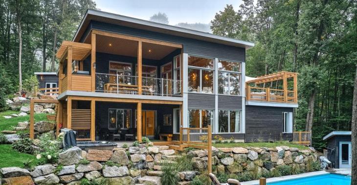 Sise au sommet du mont Shefford, cette superbe maison-chalet moderne donne l'impression d'être en vacances à l'année longue