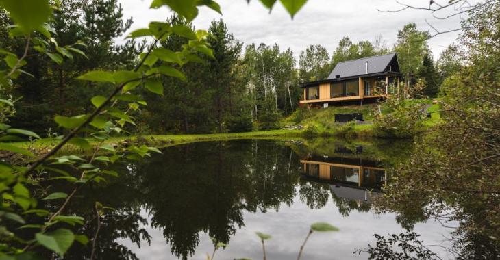 Design et luxe au coeur de la nature! Ce luxueux chalet d'inspiration scandinave et vendu meublé possède un charme fou