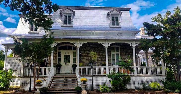 Autrefois un presbytère, cette propriété de 1887 charme avec ses 15 grandes pièces lumineuses et son cachet d'époque