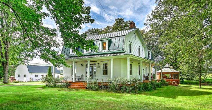 Beauté de 1929 dans un environnement bucolique de plus de 40 acres vendue avec pommeraie, poulailler, écurie et plus encore