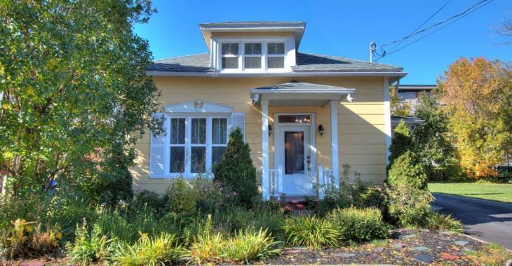 Elle n'a l'air de rien, mais cette maison se vendant 149 900 $ possède un intérieur chaleureux comme tout