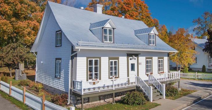 Splendide beauté d'époque à l'Île d'Orléans! Découvrez cette maison de 4 chambres avec terrasse en bordure du fleuve