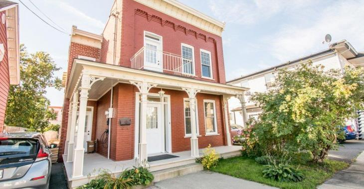Les éléments architecturaux d'époque et les commodités modernes font bon ménage dans cette superbe maison de 230 000 $