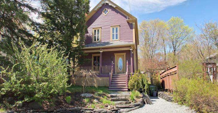 Éblouissant et spacieux cottage de 1898 dont la cour vous charmera tout autant que son splendide intérieur