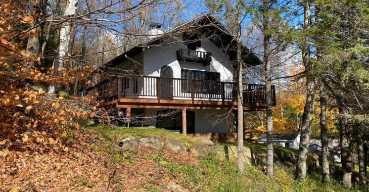 Cette adorable maison style suisse en montagne pourrait vous appartenir meublée et équipée pour 275 000 $
