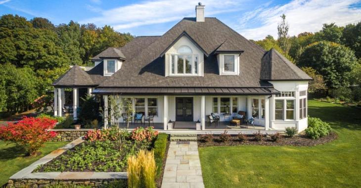 Cette résidence de 22 pièces impressionne par son intérieur élégant, sa cuisine de rêve et son magnifique terrain intime aménagé avec une piscine creusée