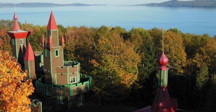 À vendre meublé pour 650 000$! Étrange château en bordure du fleuve sur un domaine de 7 486 972 pi²