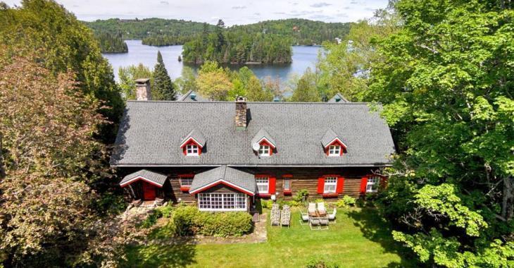 Envie d'intimité? Optez pour cette fabuleuse demeure en rondins de 1931 au coeur d'un site privé de 5 acres