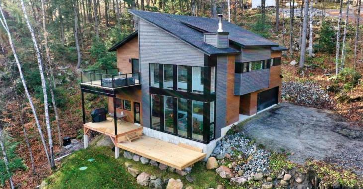 Lumineuse maison contemporaine en parfaite harmonie avec la nature nichée au coeur de 87 842 035 pi² de terre boisée