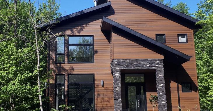 Découvrez le superbe intérieur de cette magnifique propriété contemporaine sise sur un grand terrain de 110 000 pi²