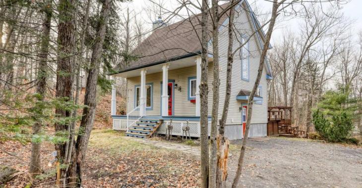 Sympathique cottage avec de superbes finitions, une terrasse de rêve avec spa et une grande cour paysagée