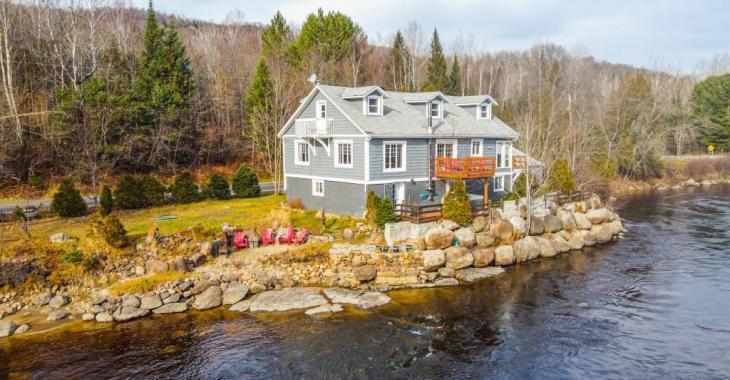 Accueillante maison meublée, rénovée, avec possibilité de 5 chambres et vue majestueuse sur l'eau pour 335 000$