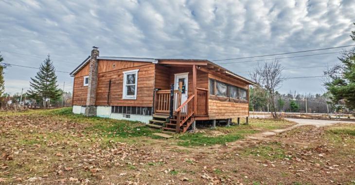 Seulement 120 000$! Étonnamment chaleureuse pour le prix, cette résidence de 2 chambres est sise sur un terrain de plus de 39 000 pi²