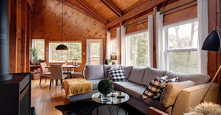 Confort, quiétude et nature vous attendent dans ce chalet intime et son mini pavillon d'invité vendus meublés