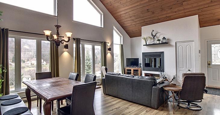 Superbe bungalow avec un loft; une maison parfaite pour avoir des revenus supplémentaires ou bien héberger vos parents