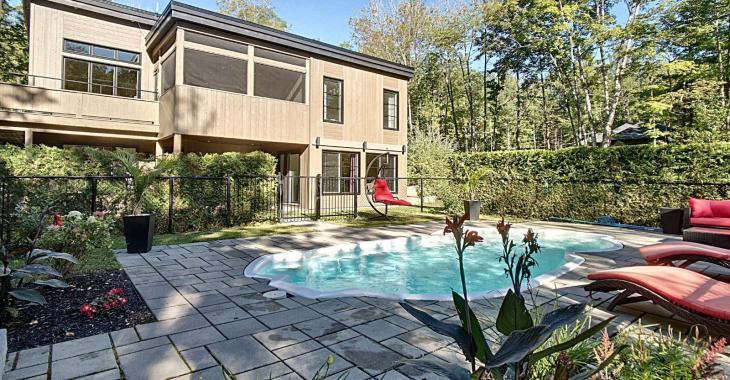 Magnifique, impressionnante, chaleureuse; les mots ne nous manquent pas pour décrire cette ravissante propriété sise sur un terrain de 50 917pi²