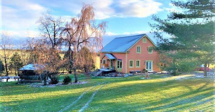 Pour 139 000$, offrez-vous cette centenaire avec un bel intérieur champêtre, 5 chambres et un jardin zen avec étang