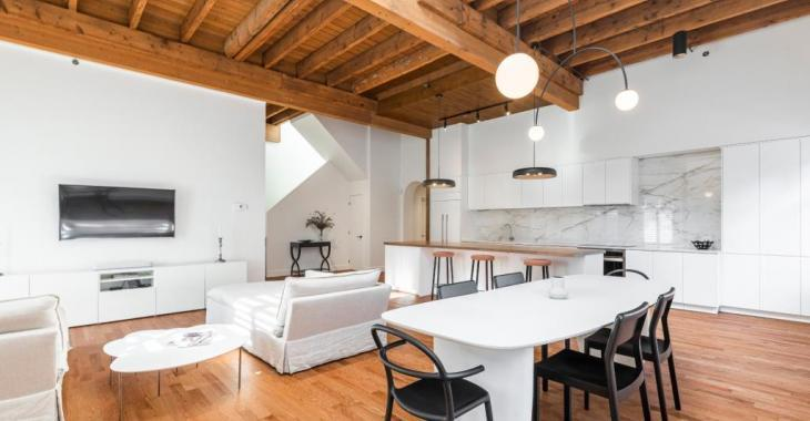 Plongez en pleine nature au coeur du centre-ville de Montréal grâce à cette sublime maison au design épuré!