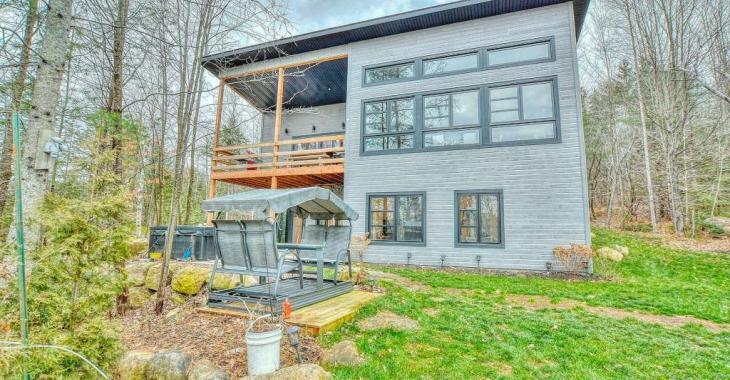 Ultra lumineuse avec son concept à aire ouverte, cette maison avec les arbres comme voisins est à 5 mins des services
