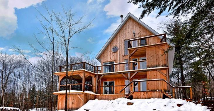Étonnante et chaleureuse, cette demeure tout en hauteur à 325 000$ ne laisse personne indifférent