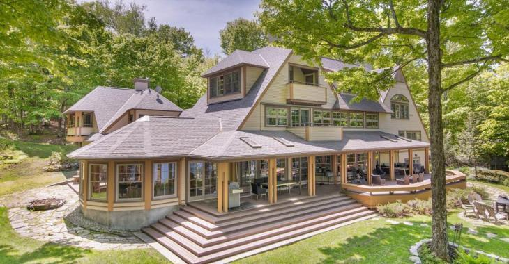 8 chambres, plusieurs foyers, terrasse sur le lac: découvrez tous les attraits de cette maison pas comme les autres à Magog