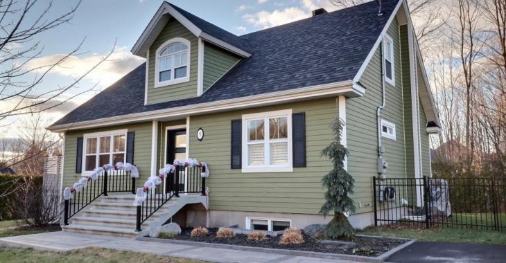 La maison rêvée pour une famille à moins de 325 000$! 4 chambres, un intérieur qui a du style et une cour avec piscine