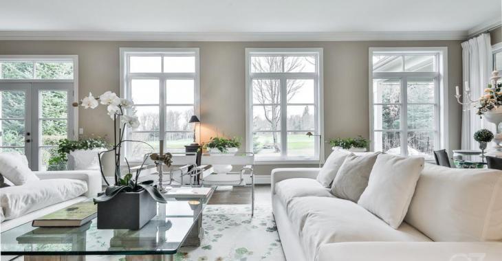 Majestueusement blanche! Cette propriété semble tirée des cieux avec son charme paradisiaque!