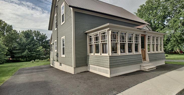 Vous n'aurez qu'à emménager dans cette ravissante maison d'époque rénovée en totalité au cours des 10 dernières années