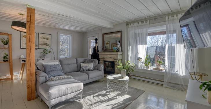 Rénové avec charme et perché en hauteur, ce mignon cottage de 2 chambres avec vue panoramique se vend 215 000$