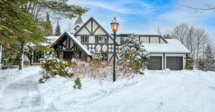 Seule sur son sommet, cette maison bavaroise d'exception vous fera goûter au calme et au silence de Sainte-Anne-des-Lacs