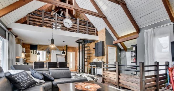 Vous vous sentirez en vacances dans cette chaleureuse maison avec plafond cathédrale et mezzanine