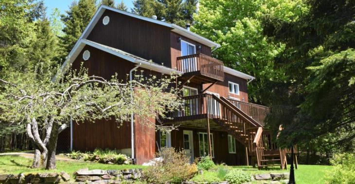 Immense propriété de plus de 2 acres à vendre pour 248 500 $; votre petit coin de paradis vous attend