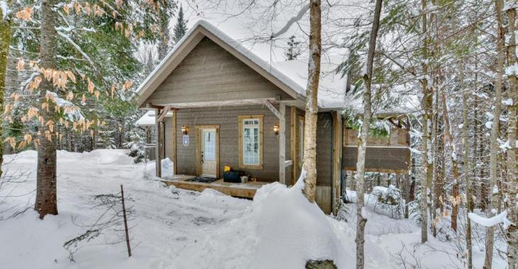 Profitez dès maintenant du confort d'un chalet meublé érigé sur un superbe lot boisé près d'un lac dans les Laurentides