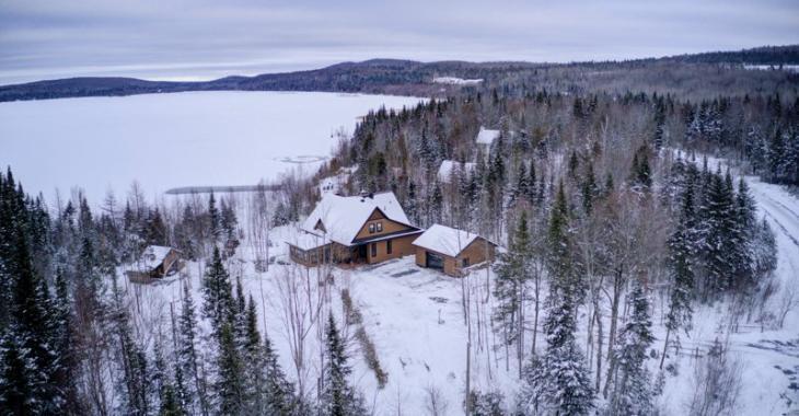 Un intérieur qui a du style, un environnement majestueux, un paisible terrain de 76 156 pi²... Comment résister au charme de cette propriété?