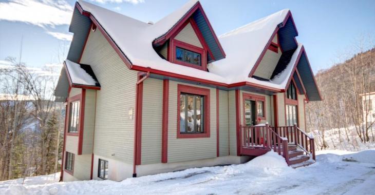 À deux pas des pistes de ski, ce chalet meublé pouvant loger jusqu'à 13 personnes vous accueillera en tout confort été comme hiver