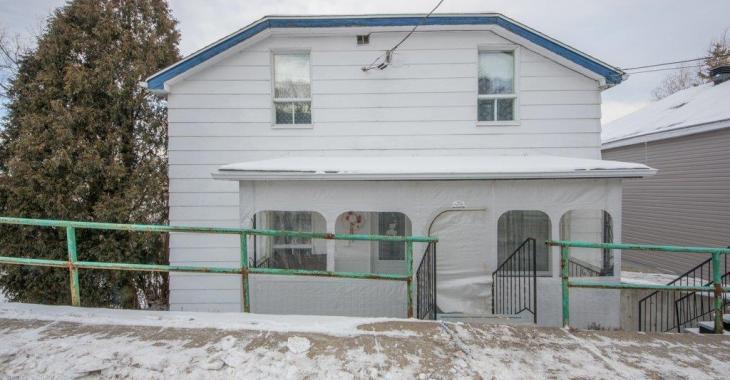Une aubaine à 90 000$! Cette maison de 5 chambres datant de 1953 possède un intérieur vintage hétéroclite comme on en voit peu